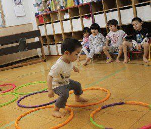 子供が輪で遊んでいる